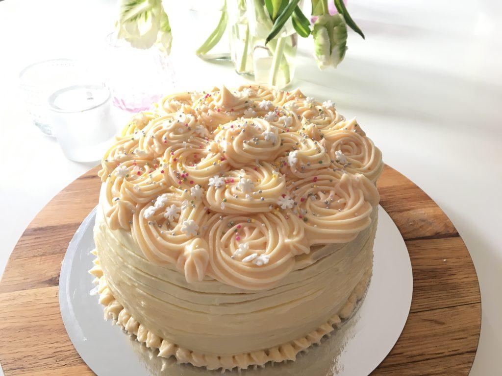 vit chokladfrosting tårta